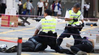 Photo of Další mrtvý při střetech v Hongkongu. Demonstranti v Londýně napadli hongkongskou ministryni spravedlnosti!