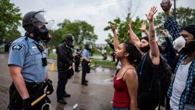 Photo of Vlna rasového násilí ve Spojených státech jako předzvěst občanské války? V Minneapolisu panují hrůzné chvíle rabování, vandalismu, útoků na policisty, hoří obchody. Lidé se mstí za smrt černocha