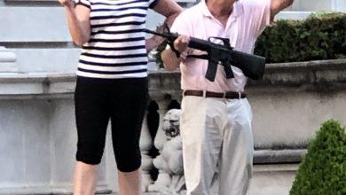 Photo of Příšerný černý rasismus! Dav ryčel ulicemi města St. Louis. Řval na starostku, ať vypadne a policajty vezme s sebou. Běloch se jim postavil se samopalem v ruce a manželkou po boku