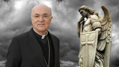 """Photo of Arcibiskup Viganò pritvrdzuje: """"Treba identifikovať a exkomunikovať pastierov, ktorí podlo a vedome zradili Cirkev"""
