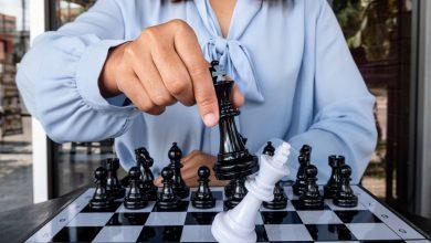 """Photo of Paul Joseph Watson: Australské veřejnoprávní vysílání řeší důležitou otázku: """"Jsou šachy rasistické?"""""""