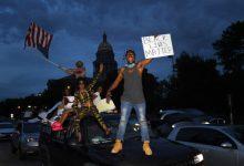 Photo of Ultralevicovému zlu se nezavděčíš. Američan křičel na demonstranty, že je na jejich straně, ti mu rozbili okna (Video)