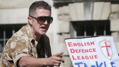 Photo of Kritik islámu a zakladatel English Defence League (EDL) Tommy Robinson v obavách o svůj život po žhářském útoku opustil Velkou Británii